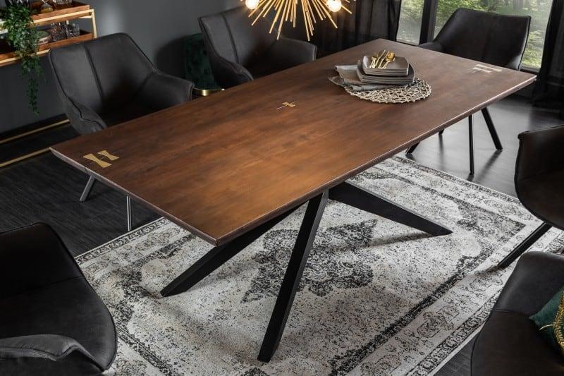 Jedálenský stôl s kobercom