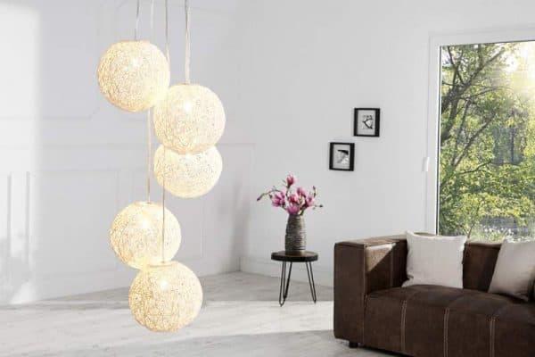 Moderná závesná lampa.