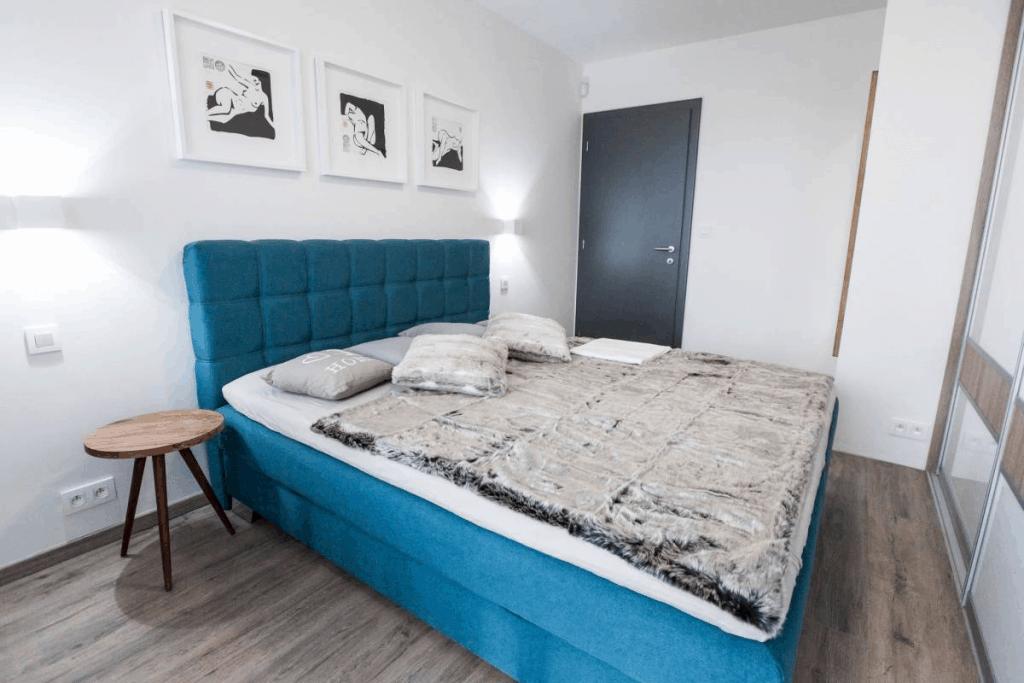 modrá posteľ