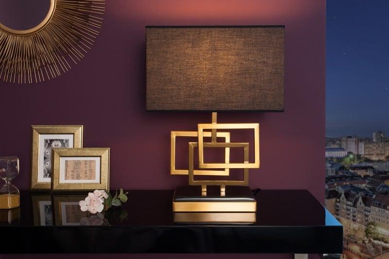 zlatá stolová lampa