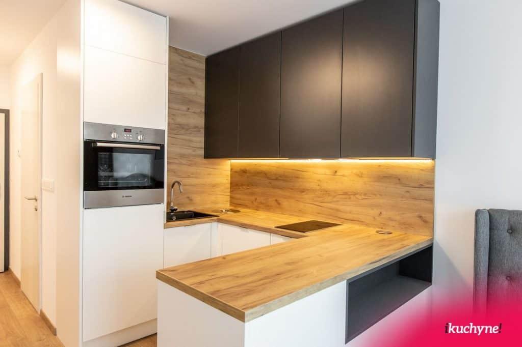 Kuchyňa s drevenou doskou