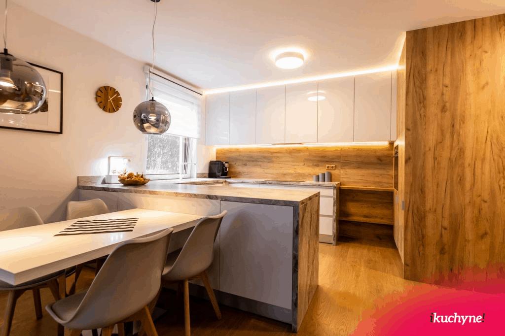 biela kuchyňa v lesku