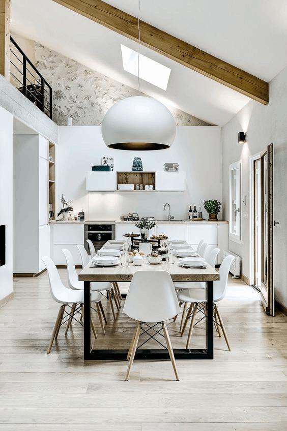 biela kuchyna so stolom