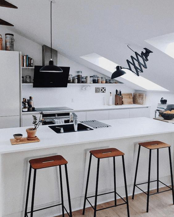 biela podkrovná kuchyňa