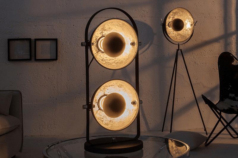 cierna stojaca lampa