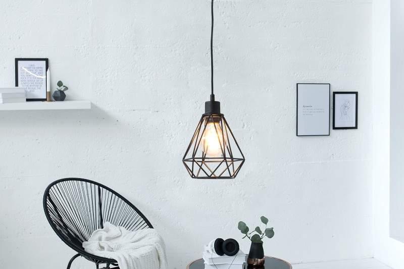cierna zavesna lampa