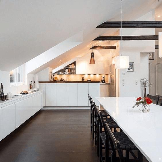 podkrovná kuchyňa so stolom