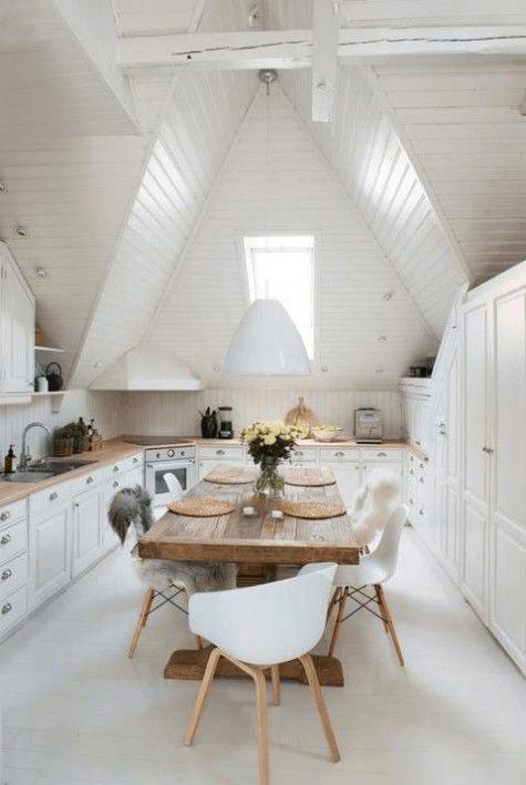 podkrovná kuchyňa vo vidieckom štýle