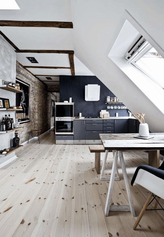 tmavá podkrovná kuchyňa