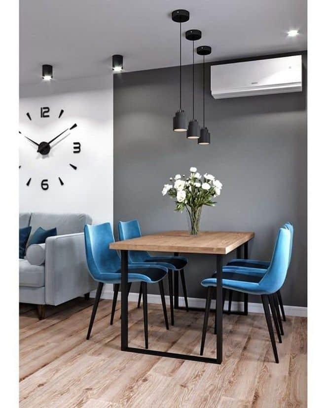 jedálenský stôl s modrými stoličkami