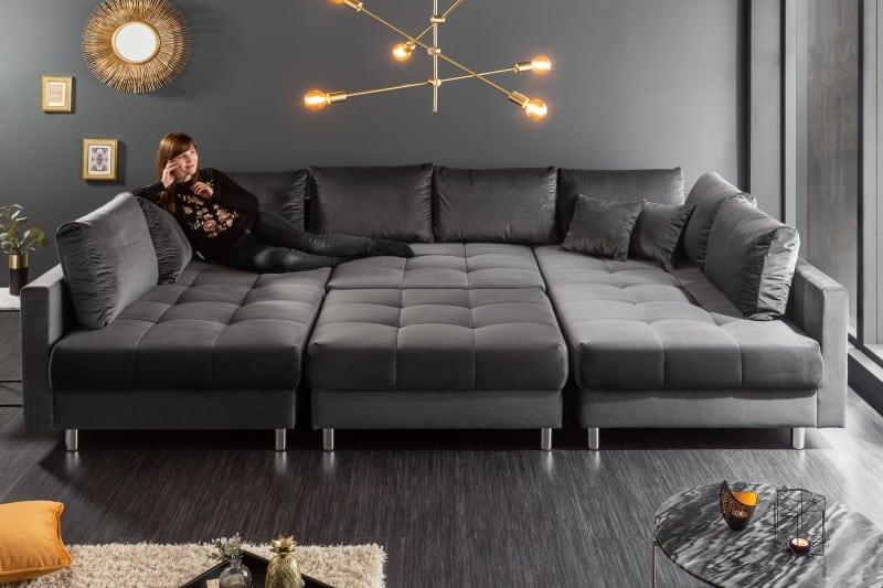 siva-zamatova-sedacka-s-taburetom