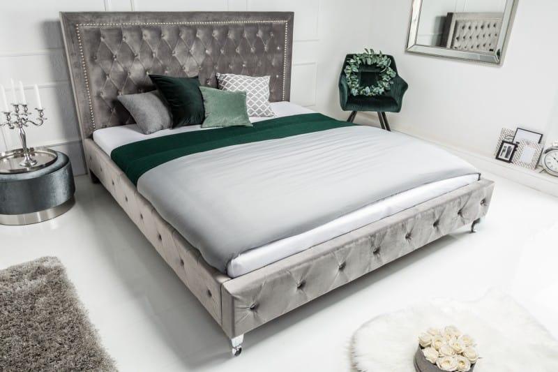 striebornosiva postel a zrkadlá