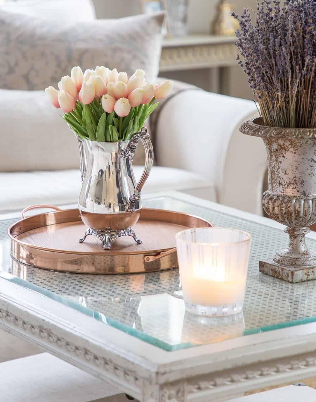 tulipany na stole
