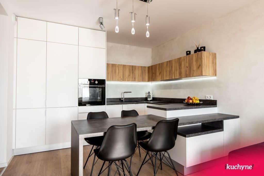 kuchynska linka spojena so stolom