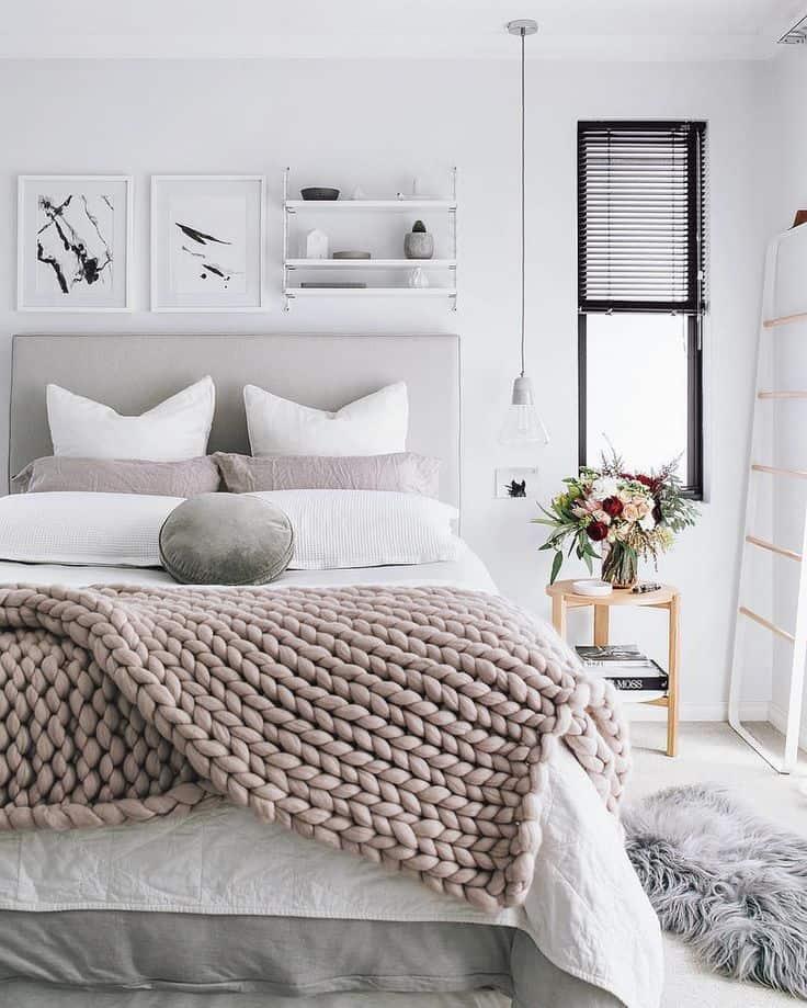 postel s dekou