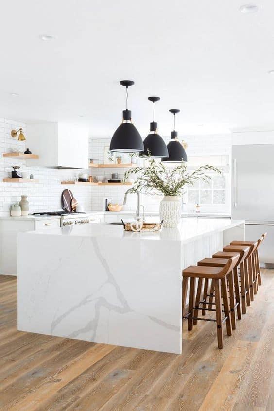 biela kuchyna s ostrovom