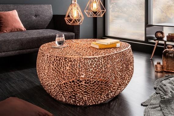 Medené bytové doplnky - konferenčný stolík a závesná lampa. Zdroj: iKuchyne.sk