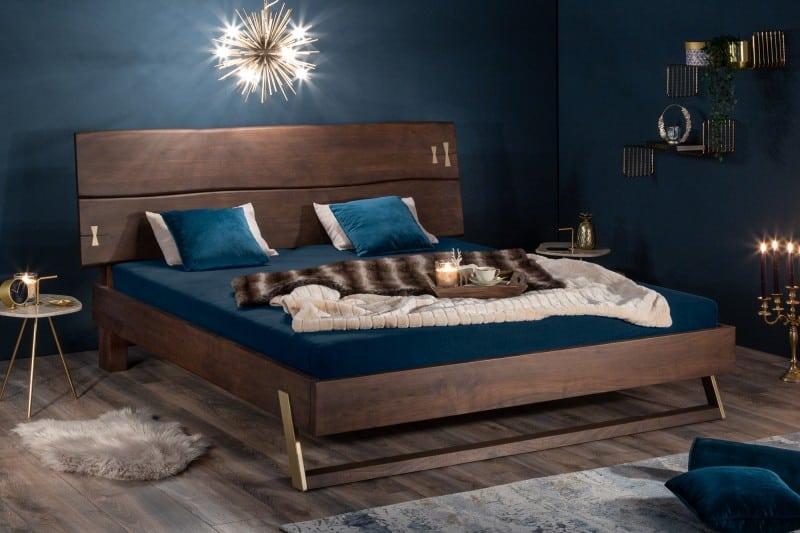 Spálne v 2021 - Krásna drevená manželská posteľ je kúskom, ktorý zmení vašu spálňu na nepoznanie. Zdroj: iKuchyne