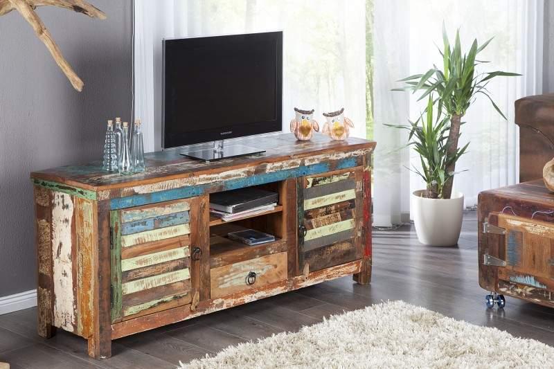 Povrch tohto TV stolíka je z unikátneho recyklovaného teakového dreva, ktoré je veľmi tvrdé a zároveň pružné. Zdroj: iKuchyne.sk