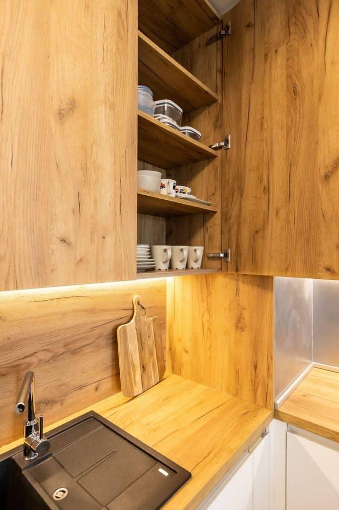 Drevo je pre rustikálnu kuchyňu MUST HAVE. Zdroj: iKuchyne.sk