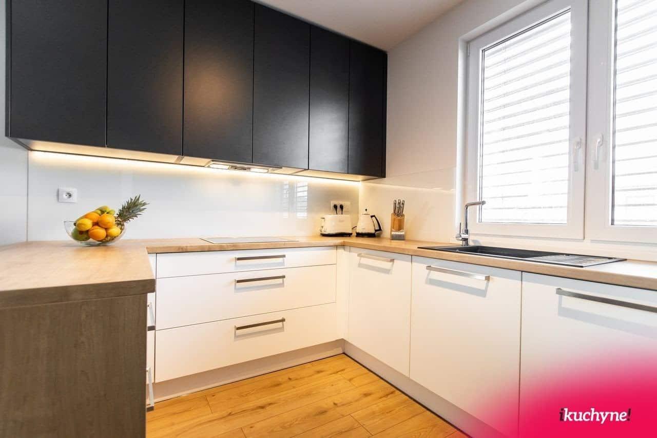 Rustikálna kuchyňa si zaslúži vlastniť krásnu drevenú kuchynskú linku. Zdroj: iKuchyne.sk