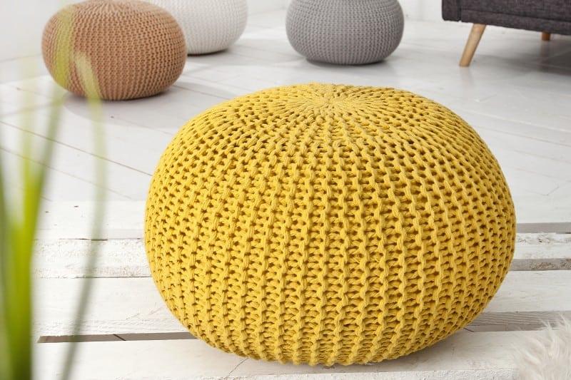 Farebné jarné dekorácie - žltá štrikovaná podnožka svojou žiarivou farbou dokonalo zvýrazní jar vo vašej domácnosti. Zdroj: ikuchyne.sk