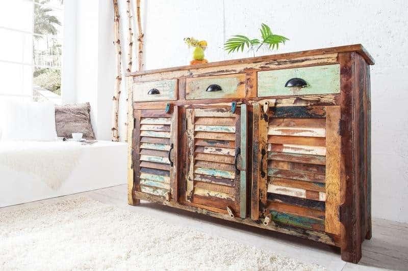 Komoda z recyklovaného dreva s viacerými poličkami vyzerá príťažlivo. Zdroj: iKuchyne.sk