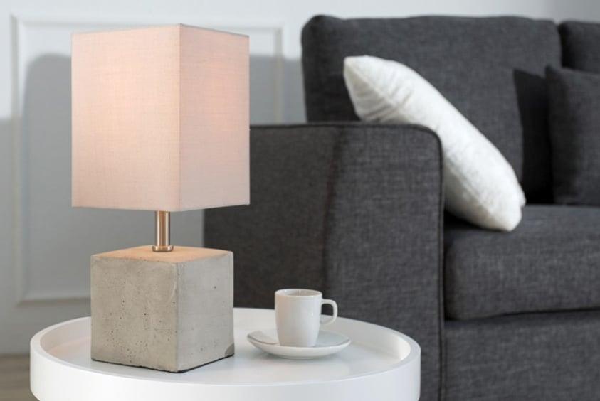 Skvelý doplnok – stolová lampa s podstavcom v tvare kocky. Zdroj: iKuchyne.sk