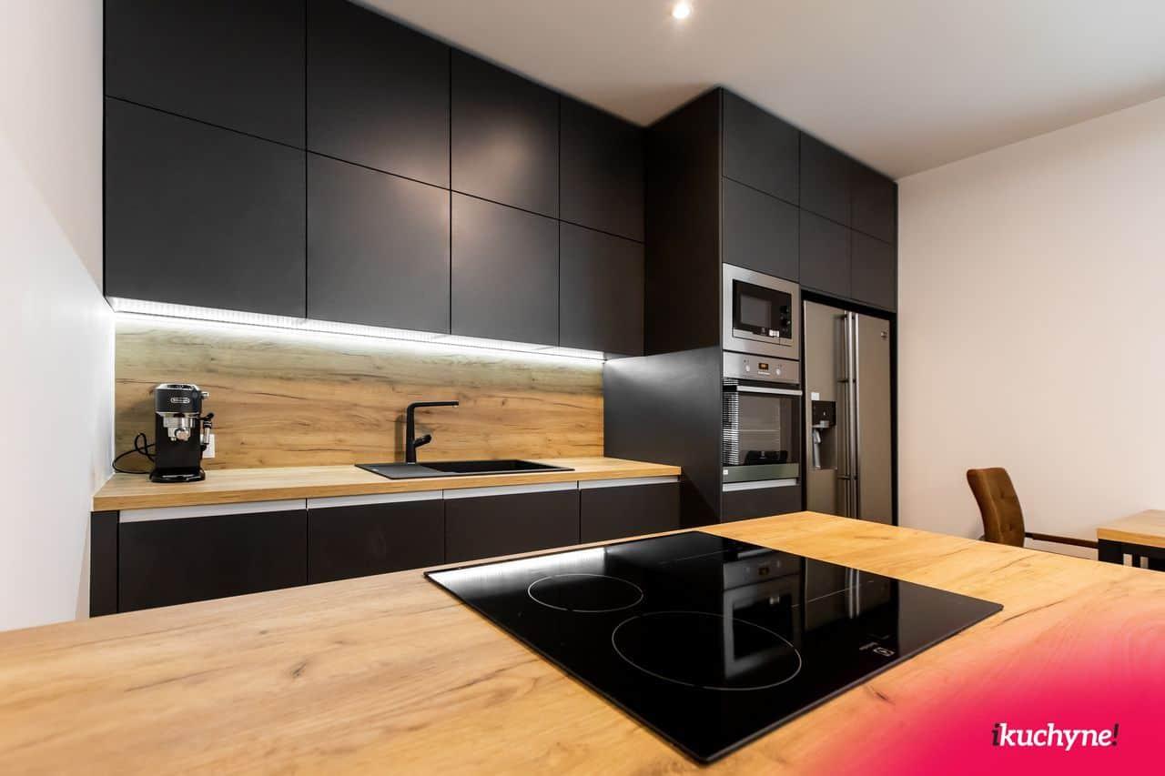 Moderná antracitová kuchyňa s ostrovčekom a americkou chladničkou je ukážkou toho, že niekedy sa oplatí neísť podľa pravidiel, ale siahnuť po netypickej farbe. Zdroj: iKuchyne.sk