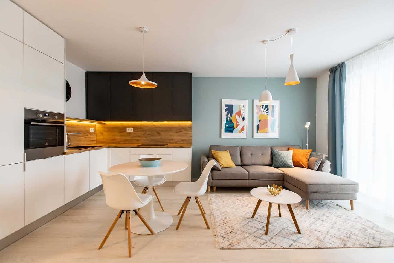 Realizácia v projekte UrbanResidence. Zvolená farebná kombinácia sa vkusne objavuje naprieč celým interiérom a tak táto domácnosť pôsobí ucelene a jednotne. Zdroj: iKuchyne.sk