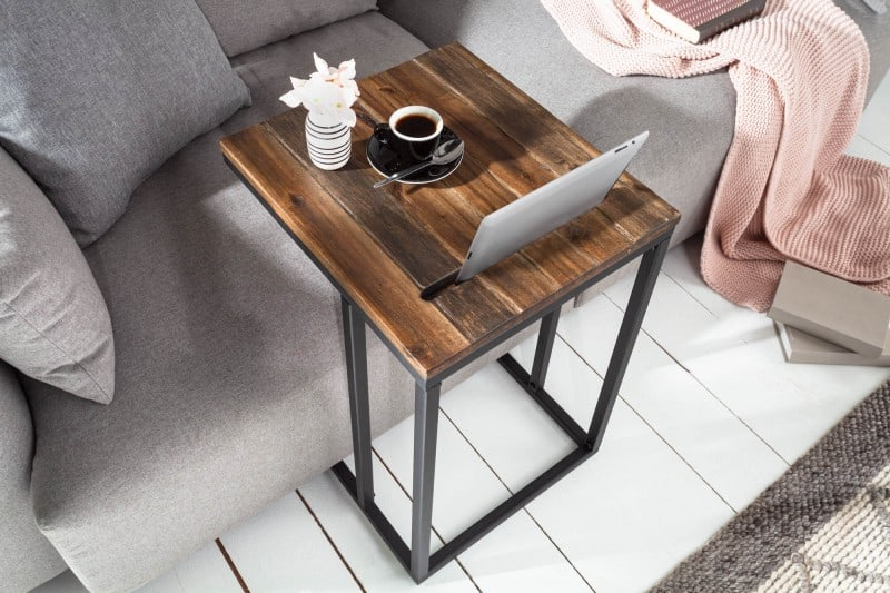 Konferenčný stolík s držiakom na tablet ľahko prisuniete k pohovke. Zdroj: iKuchyne.sk