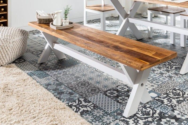 Bielou lavicou v kuchyni v modernom štýle nič nepokazíte. Zdroj: iKuchyne.sk