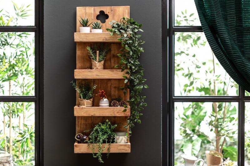 Bytové doplnky ako napr. tento kuchynský regál môžu pôsobiť veľmi optimisticky a prírodne. Zdroj: iKuchyne.sk