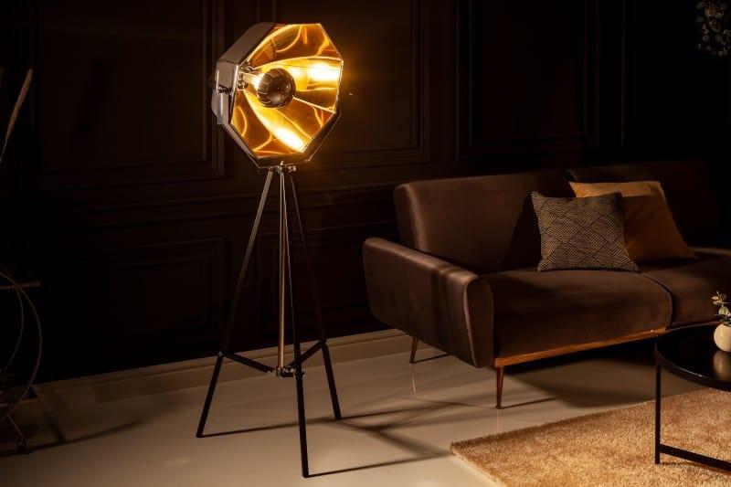 Aj netradičné svietidlá majú svoje čaro. Čiernozlatou stojacou lampou nič nepokazíte, práve naopak. Interiér vďaka nej získa úplne inú atmosféru. Zdroj: iKuchyne.sk
