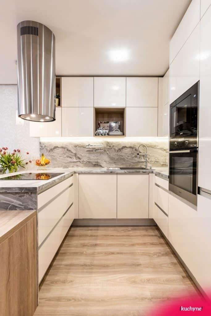 Mramorová kuchyňa do tvaru U poslúži celej rodine. Zdroj: iKuchyne.sk