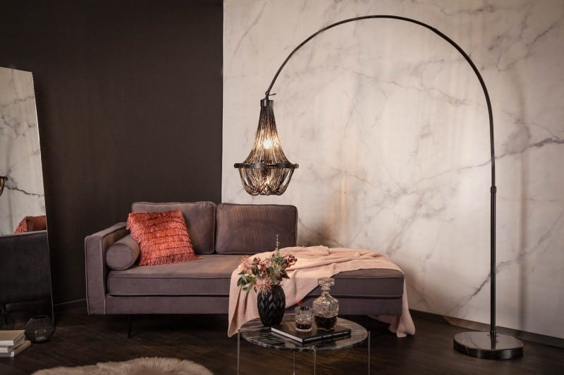 Oblúková lampa sa hodí do miestnosti zariadenej v akomkoľvek štýle. Zdroj: iKuchyne.sk