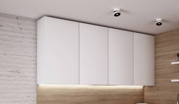Vrchné skrinky v kuchyni v čisto bielej farbe. Zdroj: iKuchyne.sk