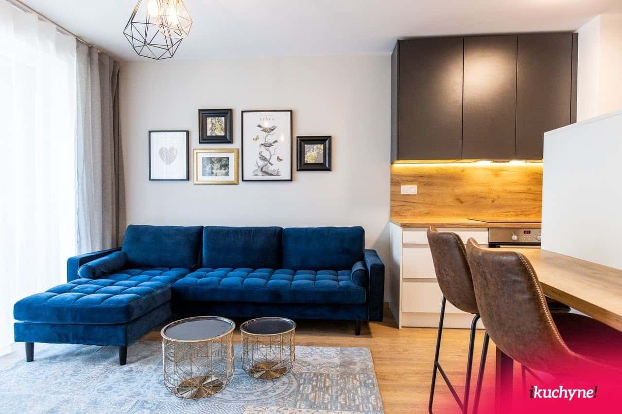 Doprajte si v modernej obývačke výražný doplnok. Ako napríklad túto krásnu zamatovú sedačku. Zdroj: iKuchyne.sk