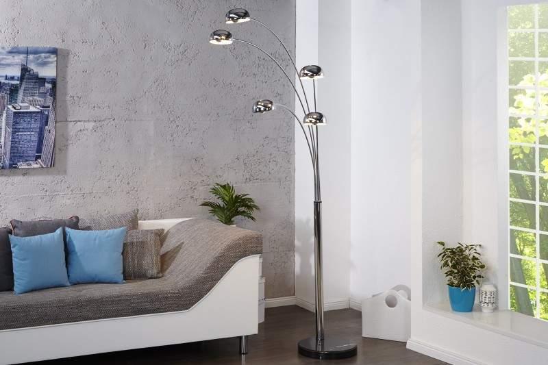 Využiť do svojej domácej kancelárie môžete aj stojacu lampu priamo z obývačky. Zdroj: iKuchyne.sk