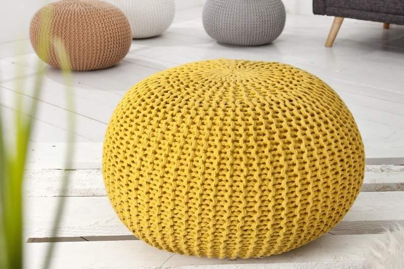 Žltú štrikovanú podnožku nájdete na nsšom e-shope. Zdroj: iKuchyne.sk