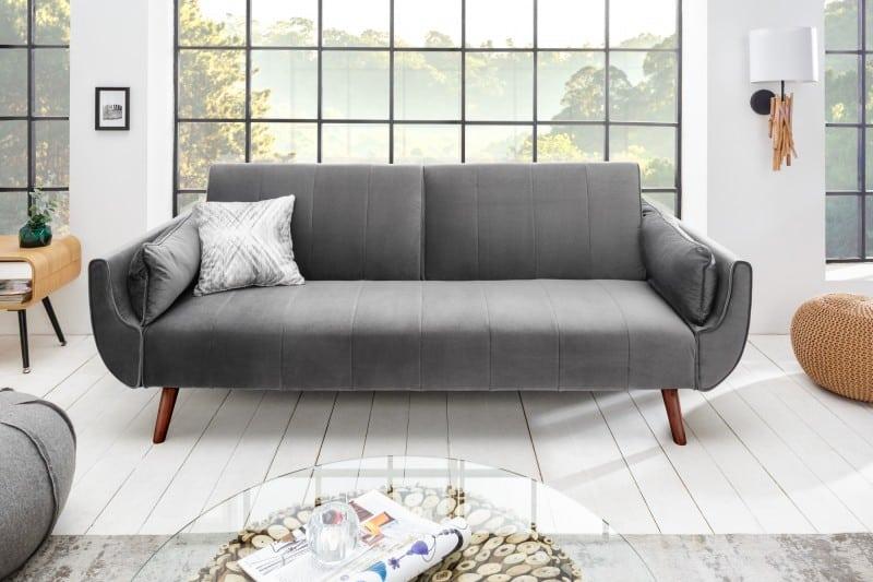 Táto sedačka v minimalistickom prevedení na úzkych drevených nohách je vhodná do akéhokoľvek interiéru. Zdroj: iKuchyne.sk