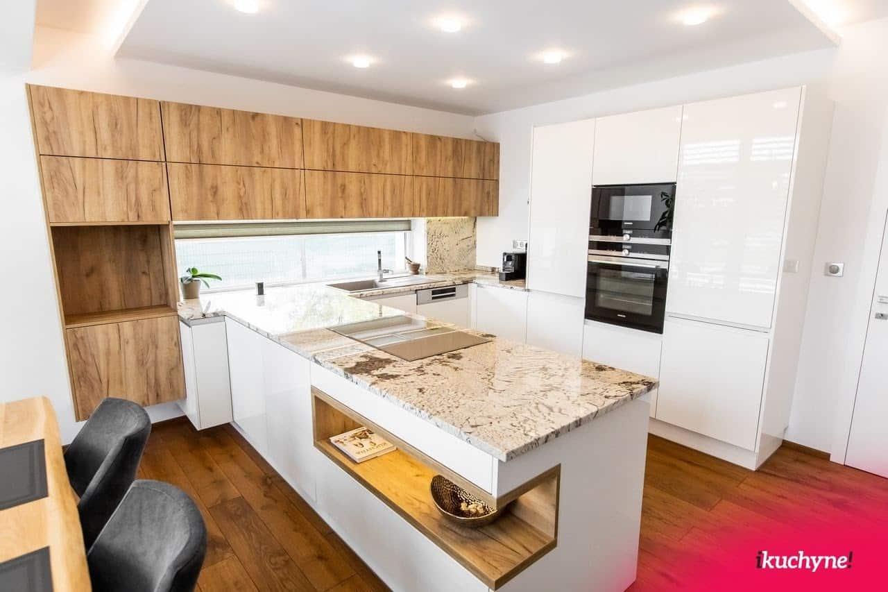 Ak sú možnosti, určite nepohrdnite v kuchyni na mieru nepohrdnite kamennou pracovnou doskou pre ešte lepší zážitok z varenia. Zdroj: iKuchyne.sk