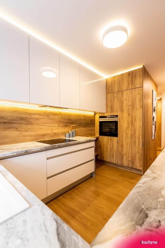 """Vďaka správnemu osvetleniu nebude pôsobiť mramor v kuchyni tak ,,chladne"""". Zdroj: iKuchyne.sk"""
