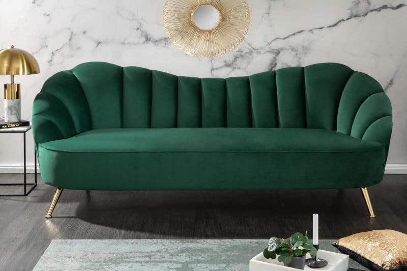 Oblúková sedačka so zeleným zamatovým povrchom. Zdroj: iKuchyne.sk