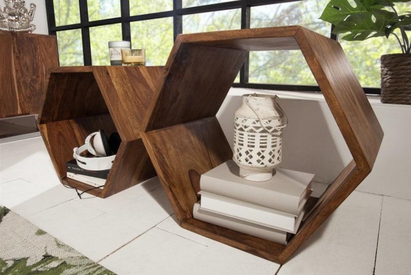 Aj takéto geometrické tvary v interiéri majú svoje miesto. Regál z masívneho dreva pripomínajúci včelie plásty. Zdroj: iKuchyne.sk