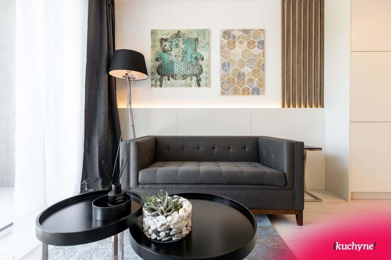 Moderná obývačka si priam žiada dekorácie na stenu. Zdroj: iKuchyne.sk