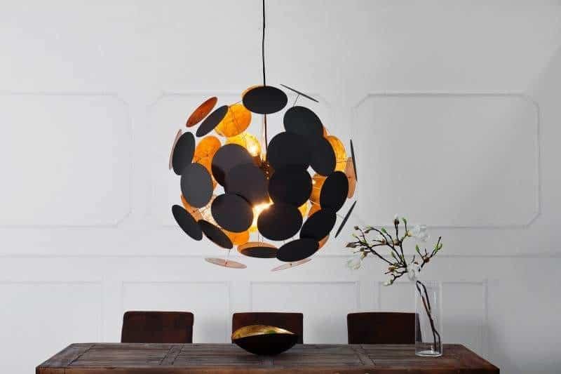 Nápadný čierno-oranžový luster dodá bielej kuchyni šmrnc. Zdroj: iKuchyne.sk