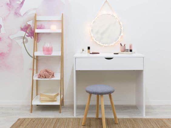 Toaletka je oázou ženskosti. Každá žena túži po bytovom doplnku akým je tento stolík. Zdroj: Pinterest.com