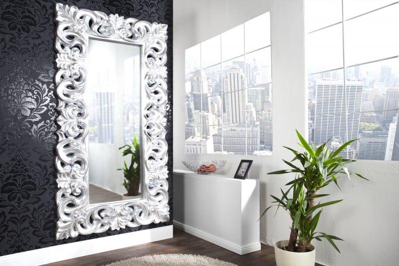 Spálňa v tradičnom štýle nepohrdne veľkým zrkadlom. Zdroj: iKuchyne.sk