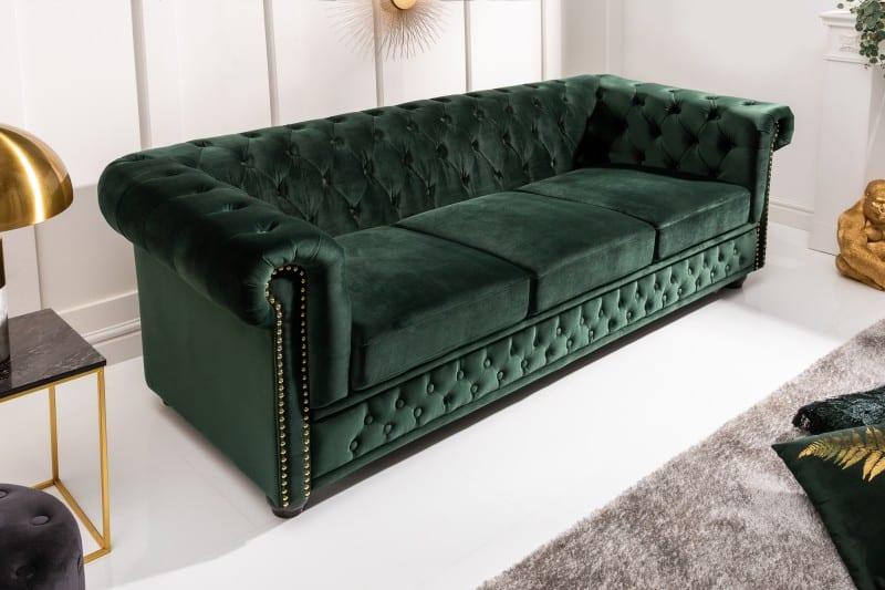 Maximalistický štýl nájdete aj vďaka tejto zelenej sedačke Chesterfield. Zdroj: iKuchyne.sk
